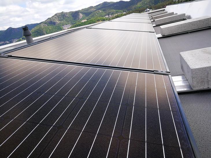 bilde av solcellepaneler på tak