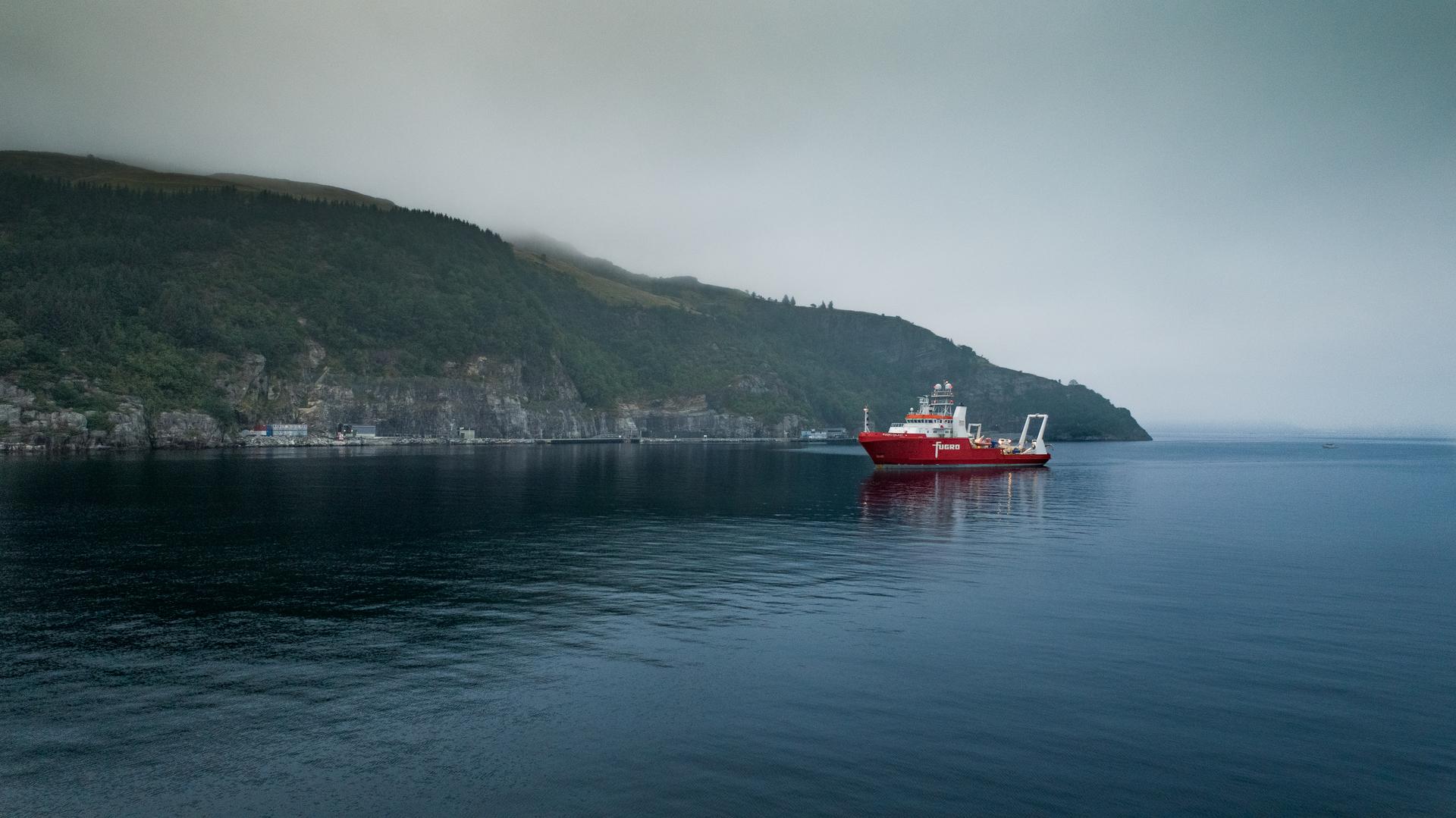 båt på vann omgitt av fjelllandskap