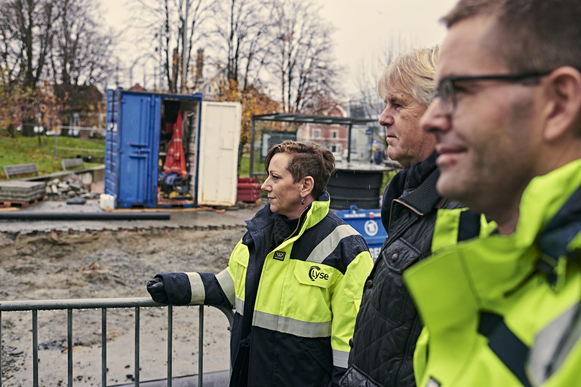 Hege Monsen-Wiggins, Leiv Molven, og Aleksander Dåsvand ved anleggsområdet på Storhaug. (Foto: Kristofer Ryde)