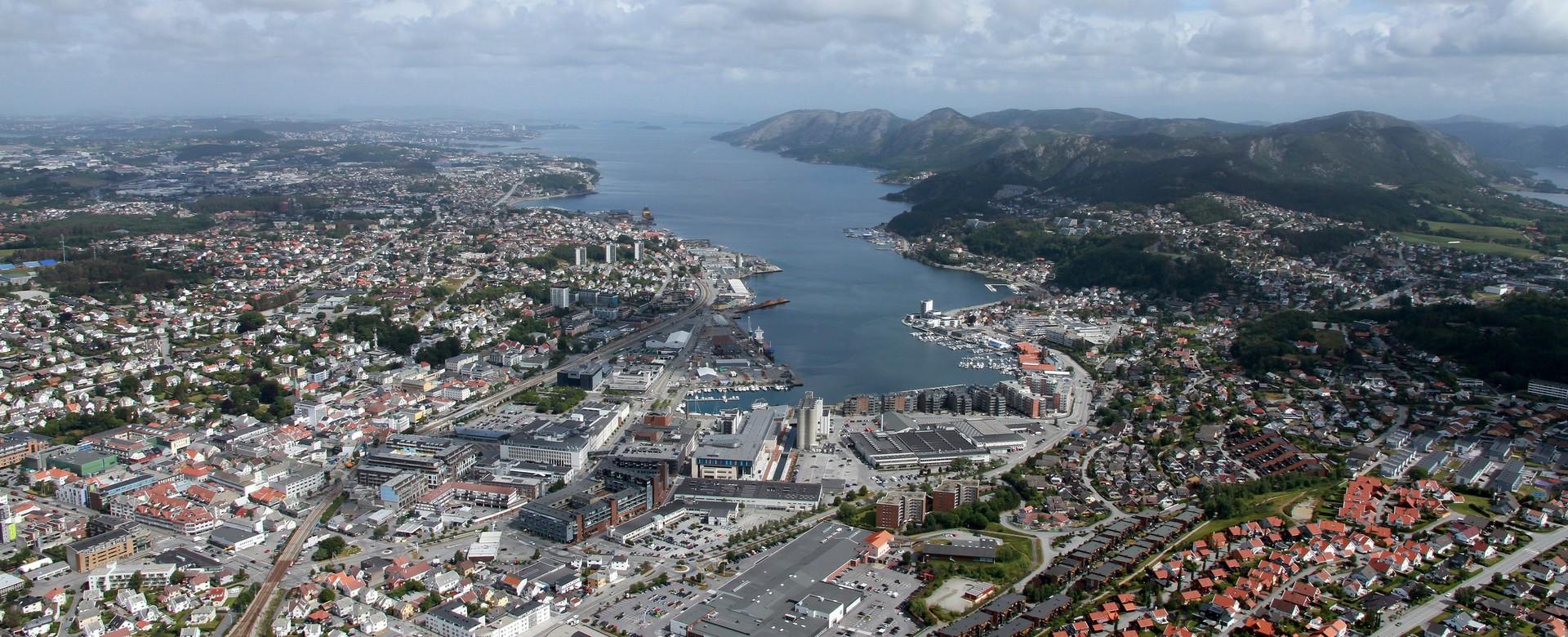 Flyfoto med Sandnes sentrum i forgrunnen og Gandsfjorden til høyre.