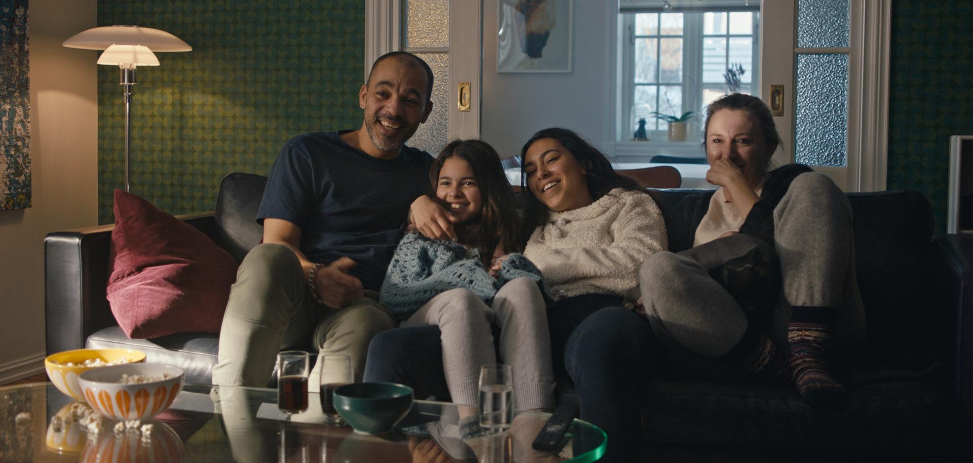 Illustrasjonsbilde familie ser på tv