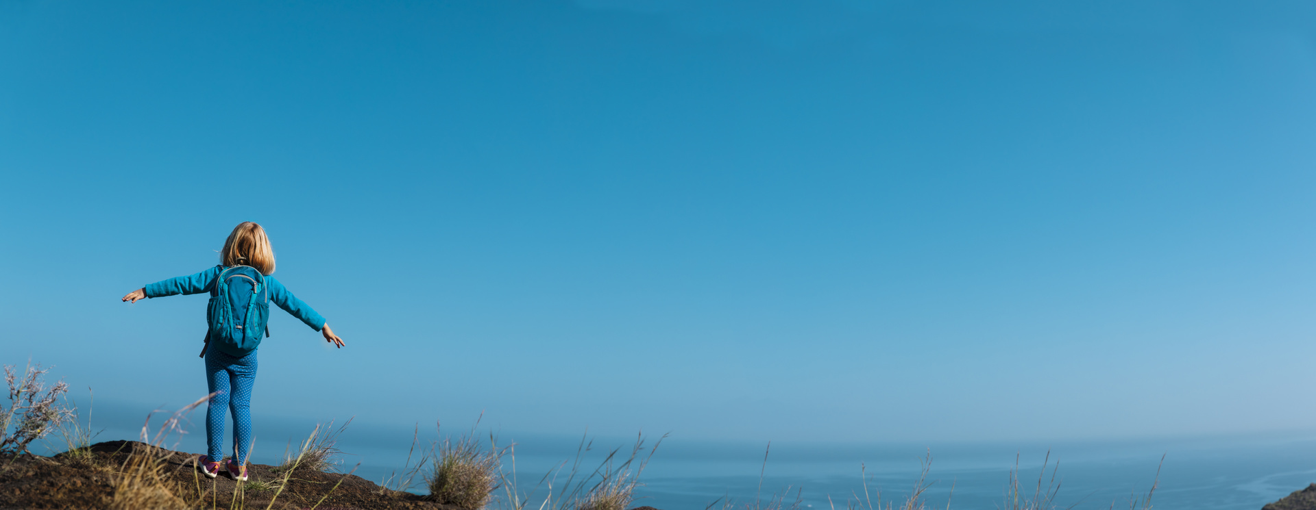 Jente som ser utover horisonten
