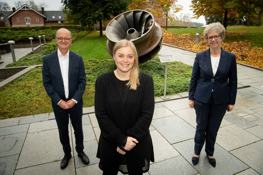 Statsråd Tina Bru sammen med konsernsjefene Eimund Nygaard i Lyse og Hilde Merete Asheim i Hydro.