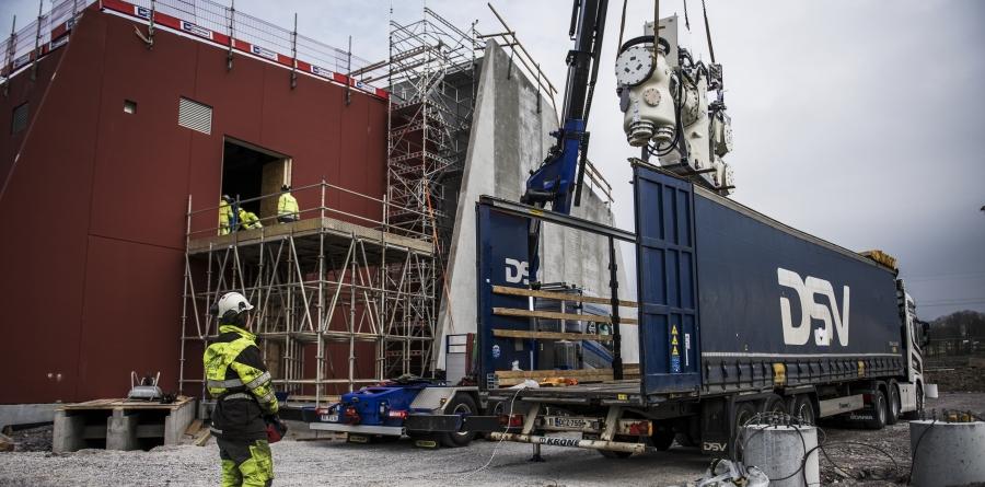 GIS-anlegg løftes over fra lastebil og inn på siden av ny transformatorstasjon