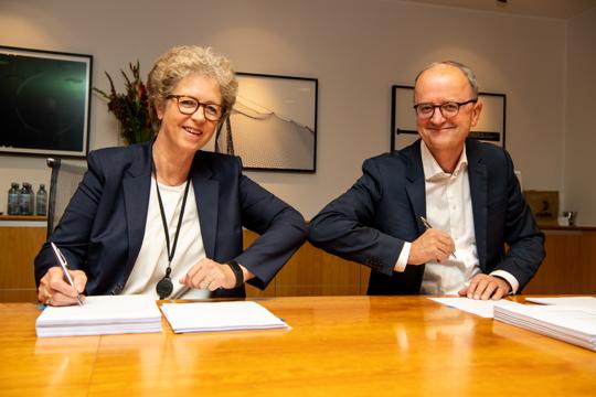 Hilde Merete Aasheim konsernsjef i Hydro og Eimund Nygaard konsernsjef i Lyse signerte i dag avtale om et felles vannkraftselskap. (Foto: Hydro/Halvor Molland)