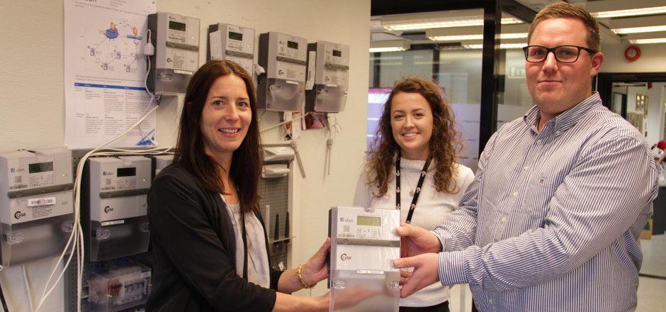 Marita Fjelde, f.v, Marie Behnè Eie og Kim Stangeland Olsen  er godt fornøyde med å ha passert 150 000 nettkunder.