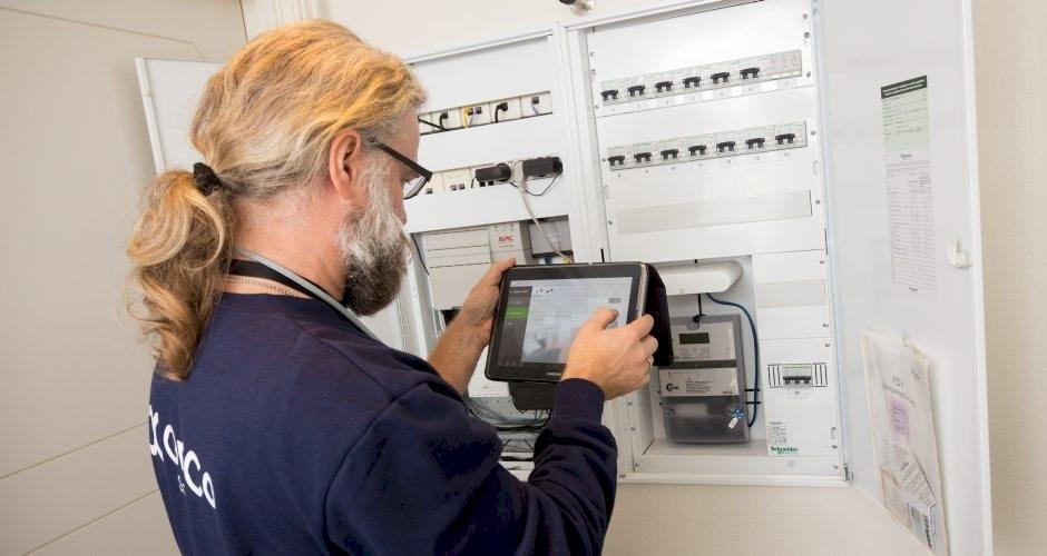 Installering av ny automatisk strømmåler i sikringsskap. Foto: Espen Mills, Lyse