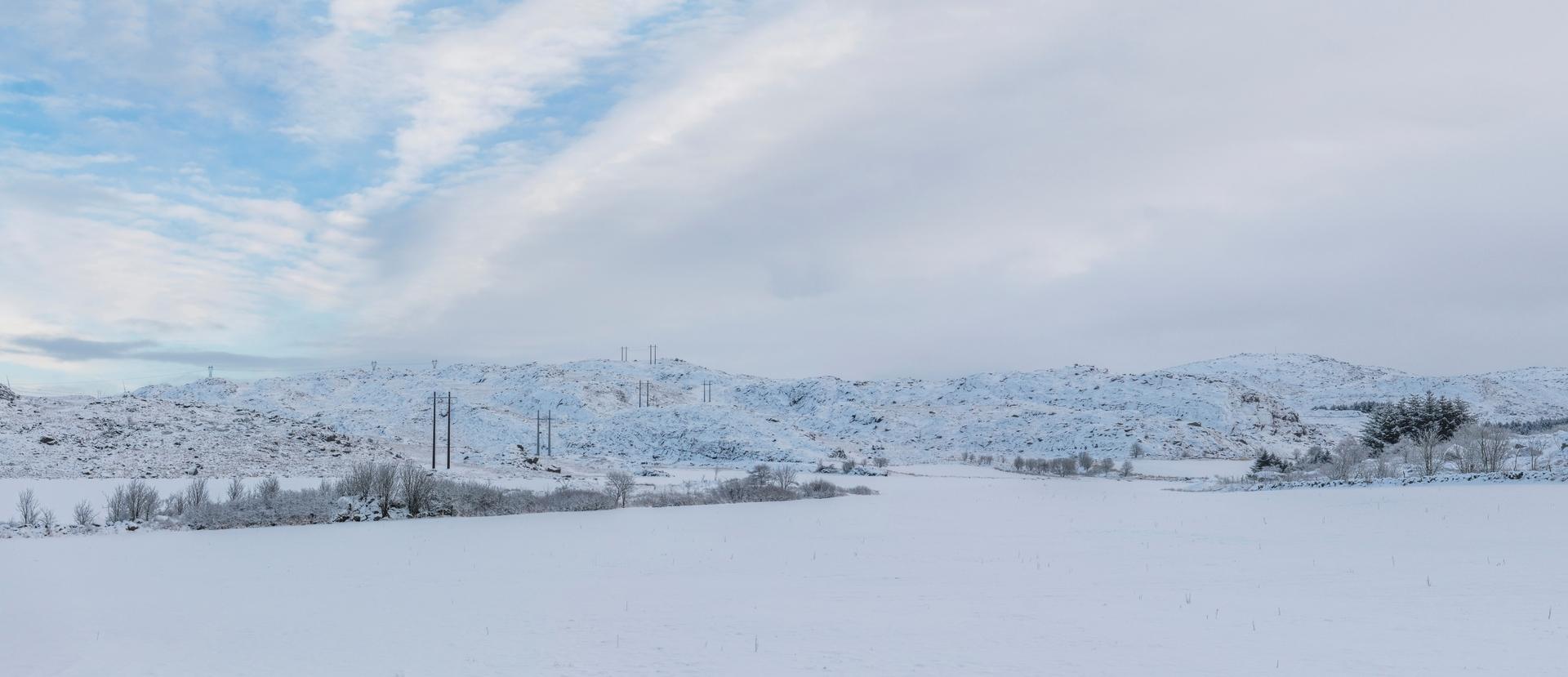 To parallelle kraftlinjer går over snødekte åskammer. Foto Fredrik Ringe