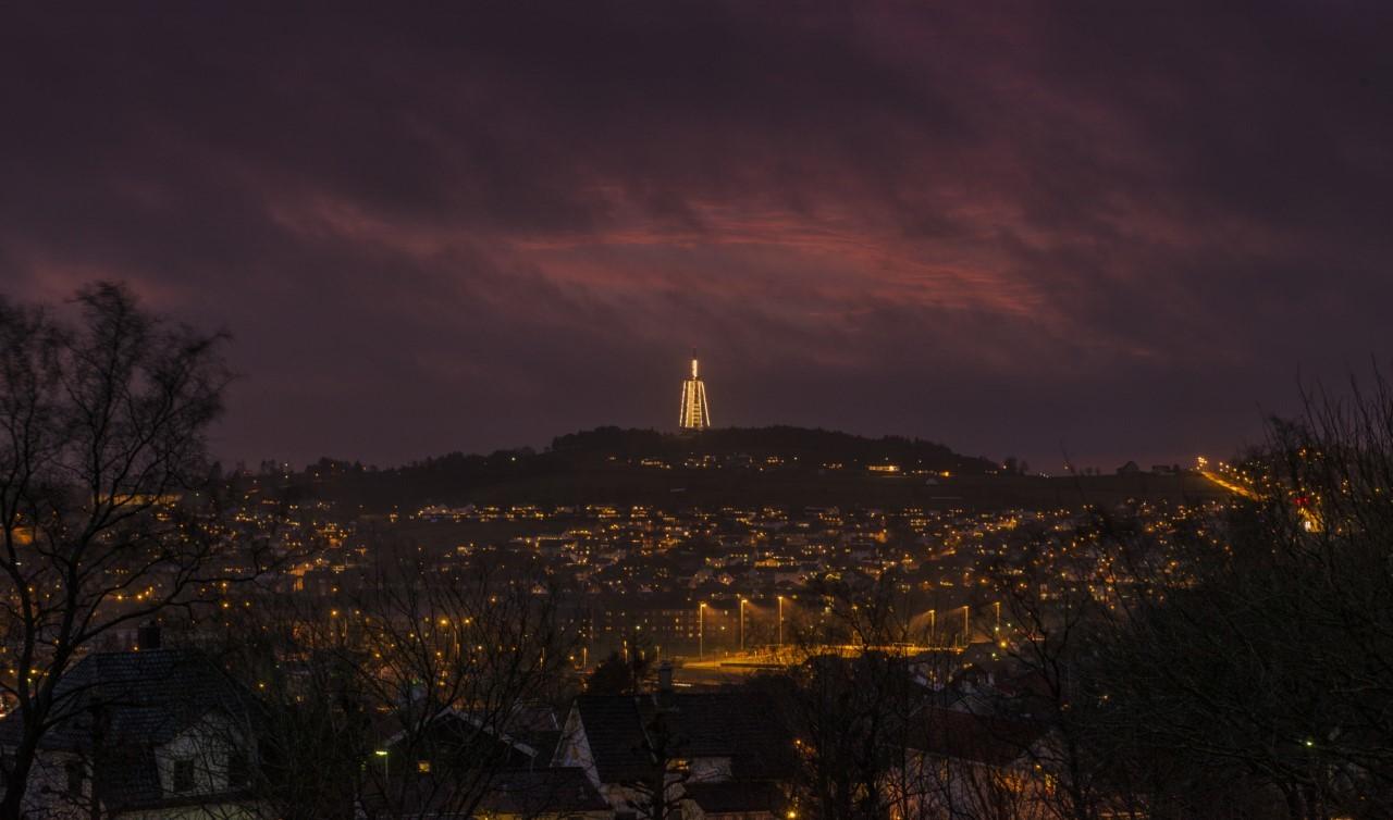 Ullandhaugtårnet vil lyse opp i år som før, men med litt ekstra snert på belysningen, og med et lite  lysspill morgen og ettermiddag. Foto: Viggo Johansen