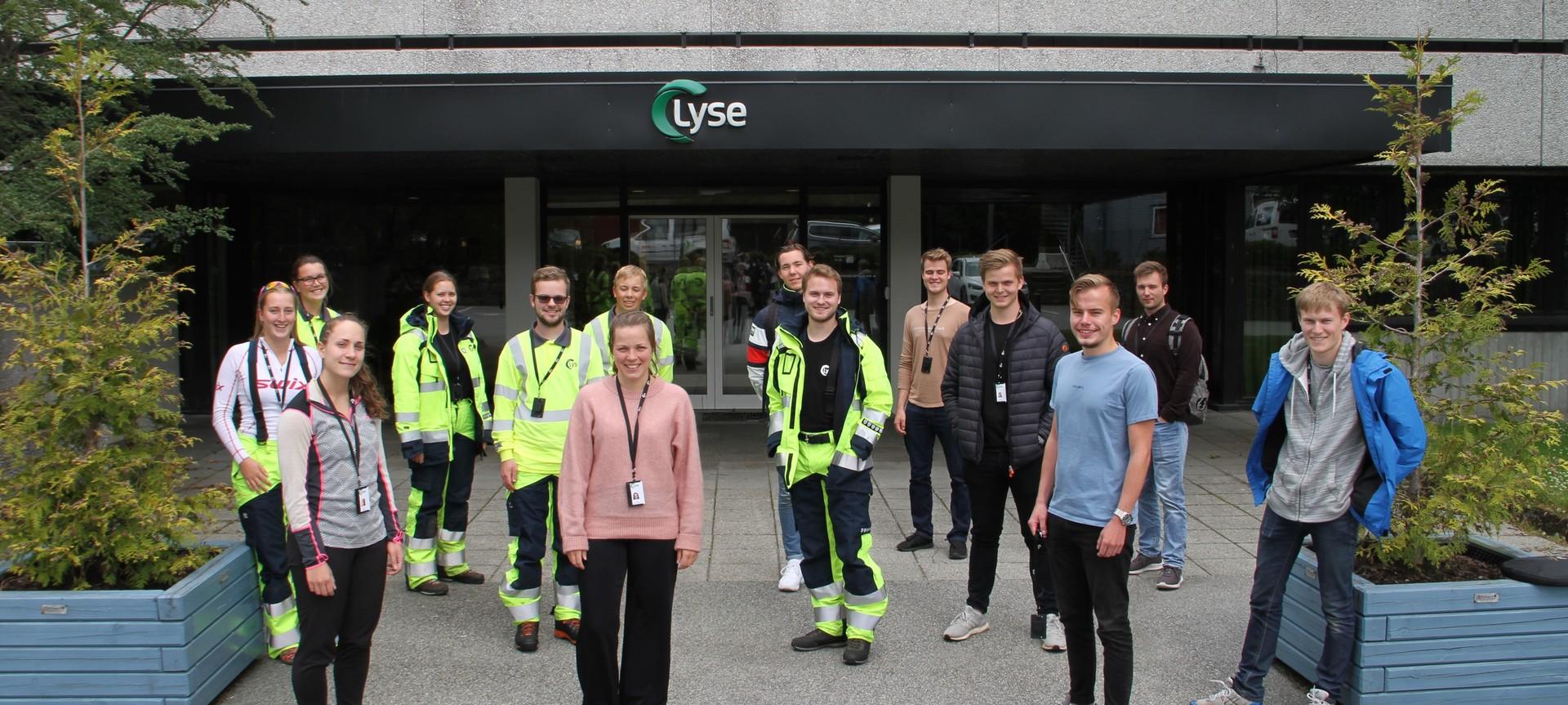 14 sommervikarer med behørig avstand fra hverandre utenfor Lyse sitt lokale i Sandnes