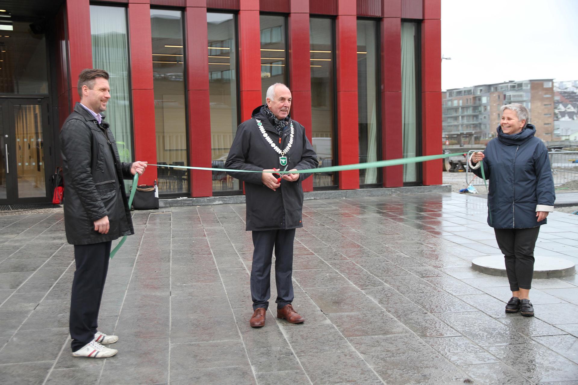 Ordfører klipper snora foran nye rådhuset