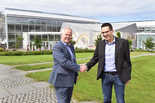 Eirik Gundegjerde i Lyse og instituttleder Tom Ryen ved UiS.