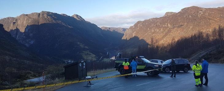 Drone på bakken i fjelllandskap
