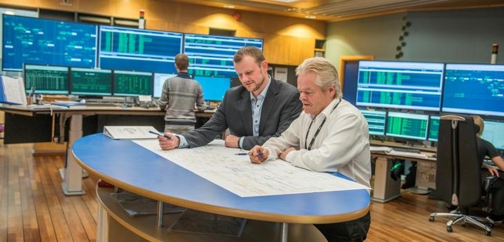 Administrerende direktør i Lyse Elnett, Håvard Tamburstuen og avdelingsleder Frank Boholm på Lyses driftssentral der alle data om strømnettet vårt overvåkes kontinuerlig.