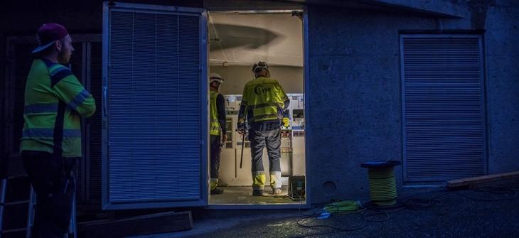 Montører i gang med å sette inn nytt anlegg i en av nettstasjonene i Stavanger sentrum.