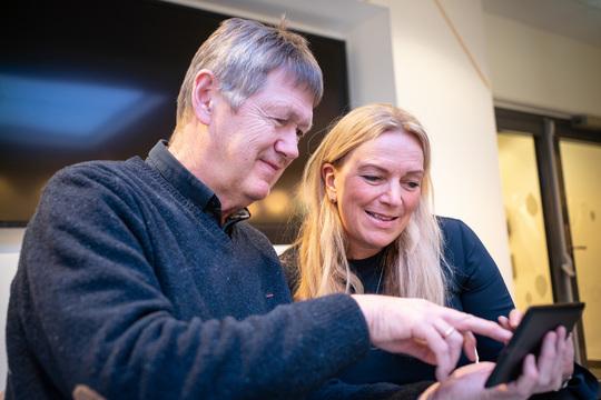 Bilde av styreleder Toril Nag og leder av Underholdning i Altibox, Svein Aronsen.